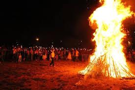 Balèti autour du feu de la St-Jean avec Castanha é Vinovèl
